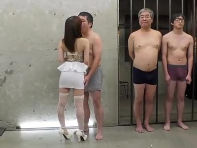 【エロ動画】欲求不満の囚人チンポを次々にフェラチオ・手コキしていく巨乳お姉さん。立ちバック・イマラチオで腰を繰りまくって再犯防止する努力がここにある…