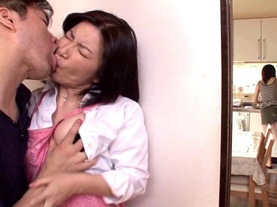 【エロ動画】妻の母親板倉幸江と禁断の近親相姦セックス!熟女好きの変態夫が場所をわきまえず巨乳に吸い付き、マンコを手マン・クンニして立ちバックでザーメンを放出!