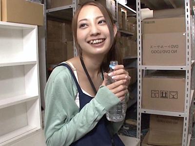 【エロ動画】新人店員真野ゆりあはスレンダーで美人。倉庫で二人っきりになった社員は彼女に媚薬を飲ませ、クリトリス弄りと指マンで落とし、バックで中出しセックスへと洒落こむ!