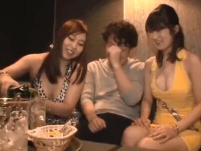 【エロ動画】おっぱぶで巨乳嬢を二人もつけて、逆3Pを楽しむ男。おっきなおっぱいに勃起しちゃったチンポを尻コキ、素股をしてもらっていたが挿入してもらって無許可中出し!