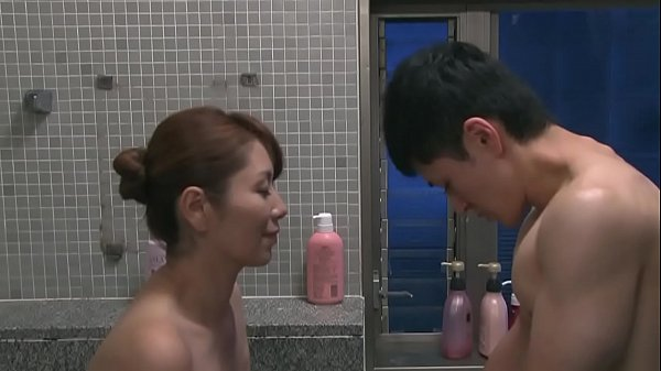 【エロ動画】スレンダー巨乳人妻がパンチラで身内を誘惑…。そして突然全裸で浴室に現れ、チンポを美味しそうにフェラチオ・手コキして、騎乗位ピストンで痴女りまくり中出し…