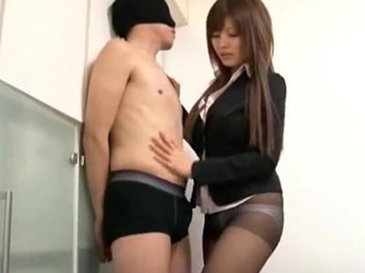【エロ動画】セクシーなお姉さんがM男くんをパンスト手コキ!しっとりした布地に包まれて最高に気持ちいいチンポは、だらしなくザーメンを吐き出して…