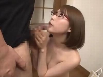 【エロ動画】いやらしい表情で「お口でヌイてあげるね」と言ってくるメガネ美女がバキュームフェラでガチヌキしてきたもんだから、濃厚ザーメンを口内射精!