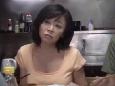 【エロ動画】おチンチンが大好きな巨乳熟女が乳揉み・乳首舐めされて悶絶…最後は激し過ぎるフェラチオ・手コキで肉棒にしゃぶりつき濃厚ザーメンをごっくん…。