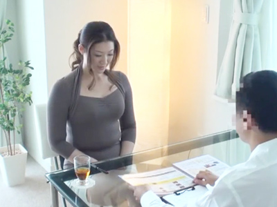 【エロ動画】ぽっちゃり系巨乳人妻に忍び寄るマッサージ師の手!ブラもパンティもはぎ取られ、クリトリスをくりくりされ、手マンをされて、挿入されて人妻がよがっちゃう!