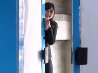 【エロ動画】マジックミラー号で童貞筆おろしをする美人OLのハメ撮りセックス!未使用チンポに欲情し濃厚なフェラチオ・手コキで勃起させたら、大量のザーメンを中出しされてしまう事に…
