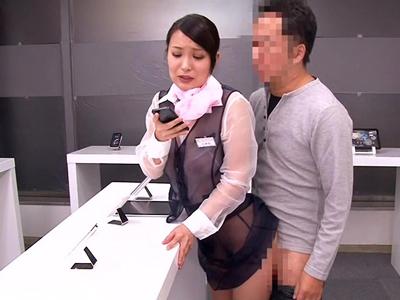 【エロ動画】スマホを売るためならファックも辞さない…仕事に熱心なショップ店員・梅宮彩乃は、スケスケ制服で客を誘惑し、立ちバックされながら商品説明!