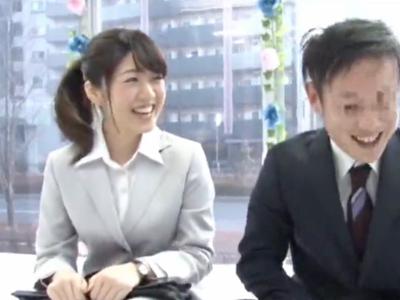 【エロ動画】職場の同僚同士で入ってきたマジックミラー号。10万円のお金につられて一発エッチをしちゃう!シックスナインも手マンも正常位も、明るい中でばっちりセックス!