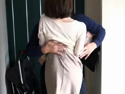 【エロ動画】玄関を開けたら速攻ディープキス!しかし相手は旦那じゃなくて不倫相手!真昼間からリビングで全裸になり、お互いの体を求め合うセックスをする不倫中の巨乳人妻!