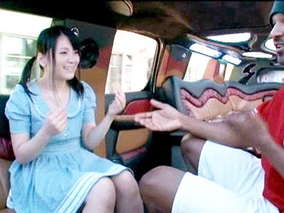 【エロ動画】スレンダー美少女の木村つなが黒人巨根チンポを一生懸命にフェラチオ・手コキ!最後は日本人じゃありえない量のザーメンが発射し、一滴残らずごっくん飲み込む…
