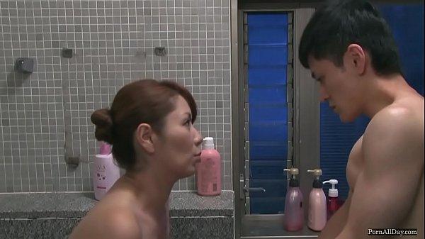 【エロ動画】兄の恨みを果たすため、甥っ子に屈辱的なセックスをしてやる熟女叔母!熟れた体に立つチンポ、体で誘惑してお風呂で一発生ハメさせて、男のプライドをへし折ってやる!