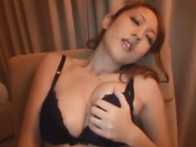 【エロ動画】巨乳人妻は欲求不満。金髪でギャルみたいな見た目をした奥さんは、指マンや電マで責められ、フェラをして、そのままセックスをしていく!生ハメ中出しで種付サービス!