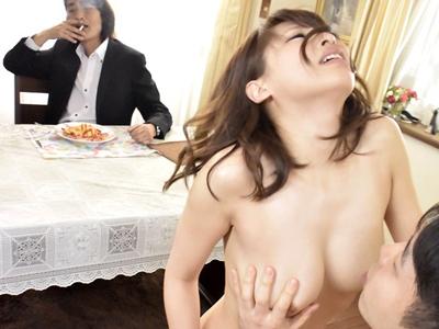 【エロ動画】社会人になったのに、父親の借金で苦しめられるOL秋山祥子。借金相手の元で全裸で家政婦となり、見知らぬ男に体でご奉仕させられる!フェラや手コキでは済まず本番も……
