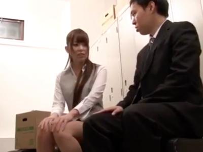 【エロ動画】部下の癖になまいきよ!先輩痴女OLがロッカールームに男を呼びつけてフェラ。それで終わりかと思ったら、他のOLも呼んで逆3Pでさらなるレイプをはじめる!