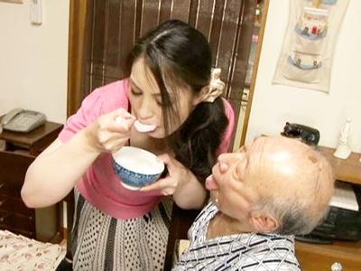 【エロ動画】献身的に義父のシモの世話をする森山杏菜!フェラチオでフニャチンを大きくしたり、ぬるぬるマンコでザーメンを搾り取る高齢者との濃厚セックス!