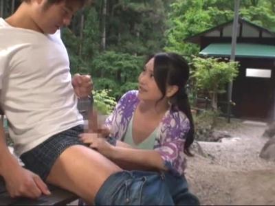 【エロ動画】キャンプ場にいた欲求不満な熟女妻は他人棒にしゃぶりついて離れない!?本気ファックでぶっかけられて、お掃除フェラまでしてご満悦