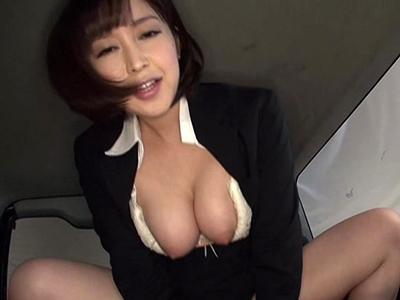 【エロ動画】巨乳パンストOLの篠田ゆうが体を使って車を売る枕営業カーセックス!慣れた手つきでフェラチオ・手コキし、騎乗位で痴女りまくる常習犯みたいですね…