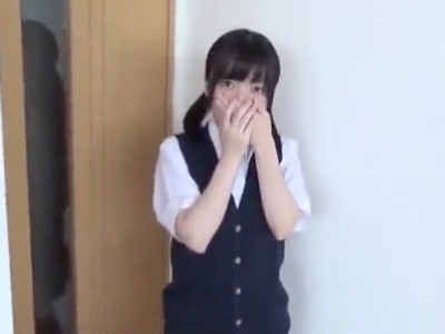【エロ動画】可愛いスレンダー貧乳女子高生とのハメ撮りセックス!恥ずかしそうに膣穴をクンニ・手マンで刺激され、立ちバックで突かれる姿が最高です