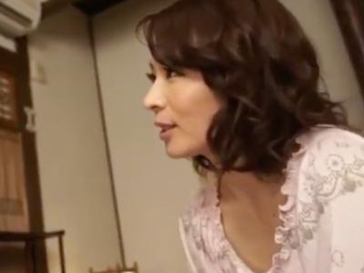 【エロ動画】息子のチンポを当然のように咥える巨乳美人妻のお母さん…フェラチオ・手コキで成長を確かめながら、騎乗位で痴女りまくって絶頂する近親相姦セックス