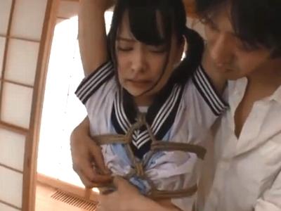 【エロ動画】ツインテールのセーラー服ロリ娘あべみかこ。彼女に迫りくる男は鬼畜そのもの。貧乳を丸出しにさせ、乳首を洗濯バサミで摘まみあげ、手マンをしてからレイプする!