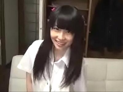 【エロ動画】今どきの黒髪ロリJKは、お金じゃなくてもお菓子で中出しさせてくれる!お菓子をあげて服を脱がせ、正常位や騎乗位のセックスでキツキツマンコを堪能して中出しだ!