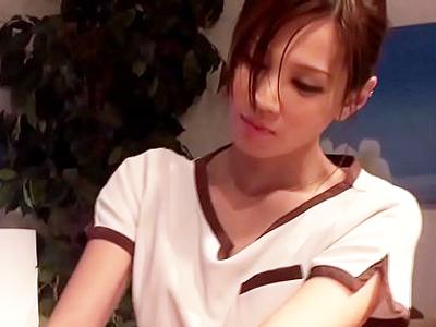 【エロ動画】エステティシャンに体をいやしてもらっていると勃起したチンポに触れちゃった!美人のエステティシャンはそのまま手コキとフェラをして、アソコの疲れも癒してくれる!