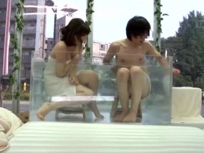 【エロ動画】透明なお風呂が用意されたマジックミラー号。友達同士の男女が入浴したところ、用意されていたビニールマットでローションまみれのソーププレイからセックスしちゃった!