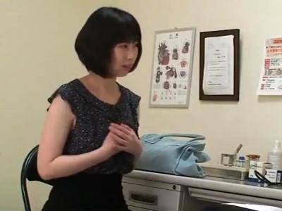 【エロ動画】「旦那さんとの違いは分かりますか?」お得意のおチンポ注射による治療で奥様をレイプしていく鬼畜医師。一人を寝取り一人にフェラをさせてからバックで寝取るを繰り返す!