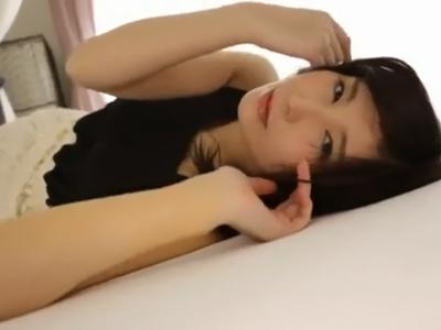 【エロ動画】芸能界引退→AVデビューを果たした仲村みうがパイパンマンコをおっぴろげて男を誘惑!69でご奉仕したり、膣奥を激しくピストンされてからザーメンをぶっかけられて…
