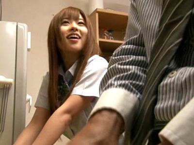 【エロ動画】ビッチギャルJKの成瀬心美ちゃんは友達のお父さんのことが大好きになっちゃって、彼と不倫セックスを働いたり、射精するときには顔射をおねだりしたりとエッチしまくり!
