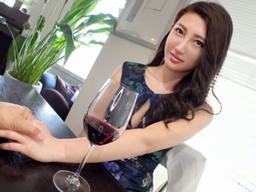 【エロ動画】ワインを飲んだほろ酔い人妻が、男を相手に性欲をぶちまける!騎乗位で腰を振りまくり、デカチンを求めまくって、イキまくる上品そうな美人妻のセックス!