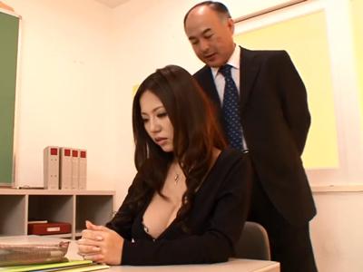 【エロ動画】巨乳を強調するような恰好で学校に来ている女教師に興奮したのはエロ親父の教頭だった!手マンをしてセックスをして、大量の精液を顔射されるも大興奮!
