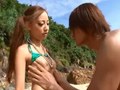 【エロ動画】ビキニから全裸に解き放たれたギャル真野ゆりあが男をナンパして、足コキや手コキをし、チンポを見せろとおねだり。次は露出オナニーを見せてから中出しセックス!
