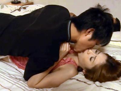 【エロ動画】若い男に知られてしまった秘密。風俗で働くことをネタにされ、美人人妻は寝取られセックスを受け入れる。旦那の横でレイプされて、しかも中出しまでされてしまう!
