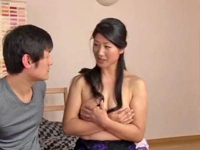 【エロ動画】寝取られ願望のある巨乳人妻が息子の友達を誘惑して不倫セックス…フェラチオ・手コキで若者チンポを勃起させ騎乗位で痴女りまくり中出しフィニッシュ