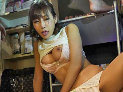 【エロ動画】ネットカフェで美巨乳おっぱいを露出しながら夢中でオナニーしちゃう明日花キララ。見つかってしまいバイブ挿入され輪姦レイプされてしまう!