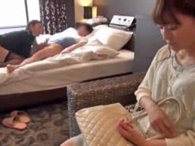 【エロ動画】スワッピングサービスのあるホテルで相互NTRセックスを楽しむカップル!巨乳お姉さんが彼氏と騎乗位していると隣でバックでハメられる貧乳彼女。
