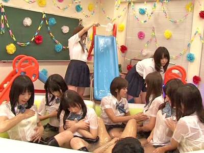 【エロ動画】美少女JKが制服を脱いで全裸になるとスケベ椅子に座らされ手マンされるレズプレイ!ヌルヌルローションでキスしながらソーププレイしちゃうw
