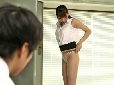 【エロ動画】美人な女教師の着替えをのぞいてしまう男子!パンストを脱いだ美脚に見とれていると見つかってしまいちんぽをフェラしてくる痴女とパコるw
