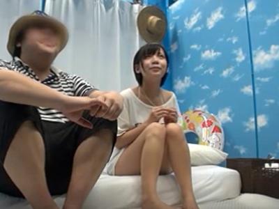 【エロ動画】彼氏とデート中のスレンダー美少女をナンパしてマジックミラー号で中出しハメ撮りセックス…マッサージのはずが手マンでマンコを刺激されいつの間にかバックで犯されまくり
