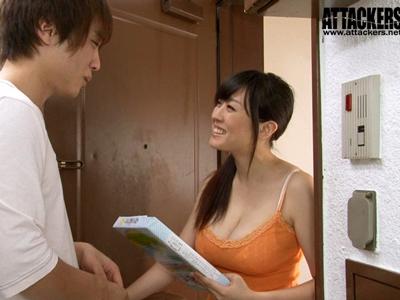 【エロ動画】近所に越してきた浪人生に親切にしていた女…その親切心に付け込んだ浪人生は彼女の部屋に忍び込みレイプする!口もマンコも汚された女は放心状態に。