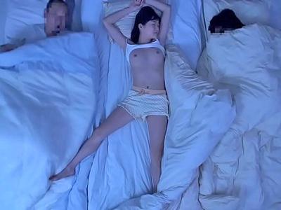 【エロ動画】美乳が丸見えの寝ている娘に発情した父…おっぱい弄ったら余計我慢出来なくなってクンニ、手マンとエスカレート!起きた娘にフェラさせ騎乗位ハメで近親相姦!
