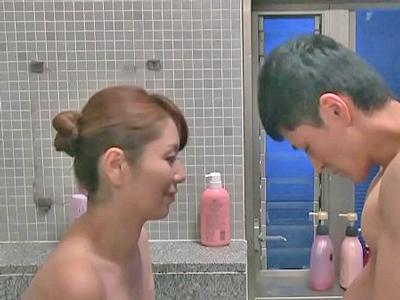 【エロ動画】甥っ子の心配をしていた叔母の熟女人妻。彼女は密かに甥を男として見ていたため誘惑を繰り返す。そして一緒に入浴する事を思いつき手コキやフェラをする!