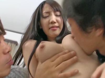 【エロ動画】キレイな人妻が二人の男に犯される!巨乳おっぱいを乳首舐めされるとパイパンまんこにちんぽをねじ込まれる。輪姦レイプで蹂躙されてしまうw
