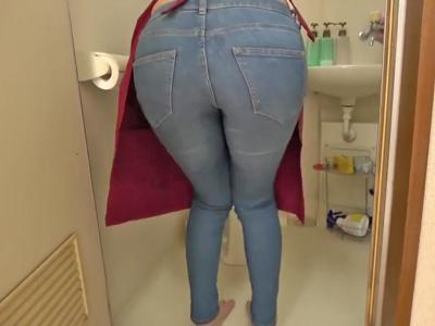【エロ動画】キレイな家政婦の人妻か下着をパンチラさせながらお掃除!暴走した男性は巨尻を鷲掴みで着衣ファックw感じてしまう人妻は夢中でNTR不倫セックス!