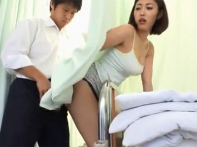【エロ動画】お見舞にいった病院で隣の患者さんの見舞客のお姉さんがパンチラしてるから欲情して思わず痴漢!すると彼女の方も何故か発情しちゃって美尻押し付けて来た!