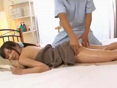 【エロ動画】エロマッサージに電マアクメに中出し3Pセックス!敏感すぎるお姉さんが感じまくる様子をその目で確認せよ!