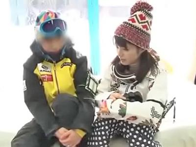 【エロ動画】スキー場にやって来たMM号がカップルを捕獲!彼女をオイルマッサージで発情させて、ミラー越しに彼氏を見ながらアクロバティックなNTRセックスを…