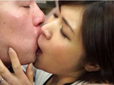 【エロ動画】旦那では満足できない巨乳人妻・白川千織・筒井まりかが自宅に男を招いて不倫セックス…フェラチオ・手コキで他人棒をしゃぶり倒し唾液を垂らしながら騎乗位・バックで痴女りまくり