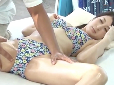 【エロ動画】彼氏とデート中の巨乳美女をマジックミラー号にナンパして中出しハメ撮りセックス…セクハラマッサージでマンコを刺激し騎乗位・バックで乳揺れさせながら寝取られプレイ